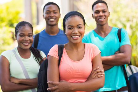 estudiantes adultos: grupo estudiantes universitarios africanos en el campus