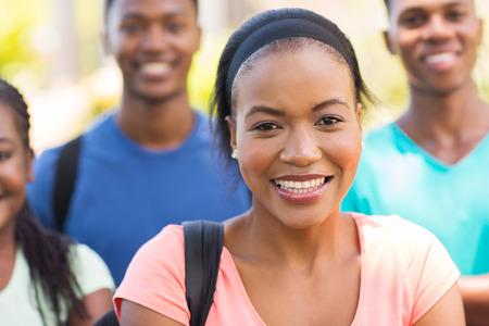 estudiantes adultos: feliz joven afroamericano estudiantes universitarios retrato