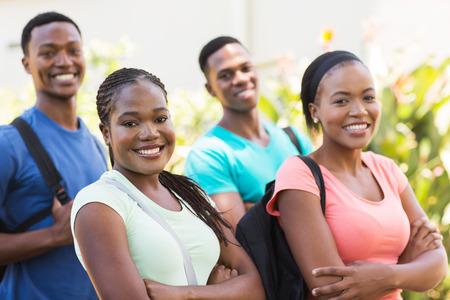 estudiantes adultos: grupo de estudiantes universitarios americanos afro lindo al aire libre
