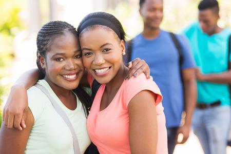 estudiantes adultos: dos amigos de la universidad bastante afroamericana en el campus