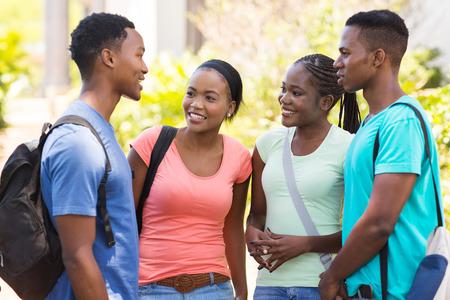estudiantes adultos: grupo amigos de la universidad africana charlando al aire libre