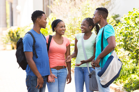 adult learners: feliz estudiantes universitarios afro americano charlando al aire libre
