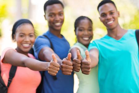 estudiantes adultos: grupo de amigos universitarios africanos pulgares para arriba Foto de archivo