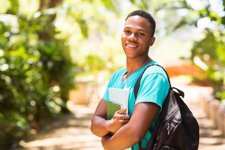mochila escolar: retrato de joven y guapo chico universitario africano en el campus