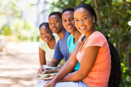 estudiantes adultos: grupo de alegres amigos afroamericano mirando a la c�mara