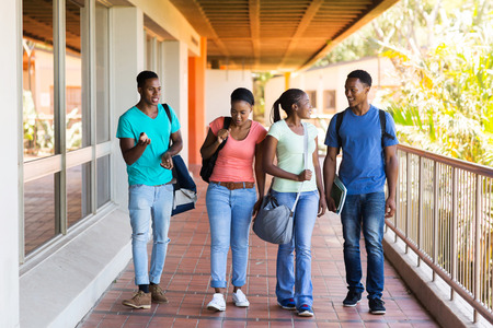 estudiantes adultos: grupo de estudiantes universitarios inteligentes caminando a dar conferencias sala
