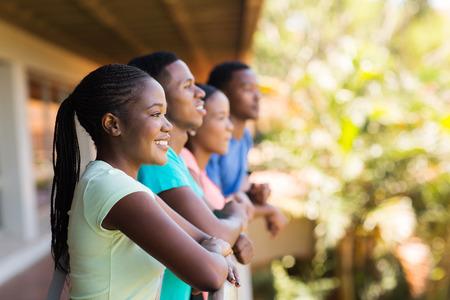 estudiantes adultos: feliz estudiante universitario afroamericano mirando de lejos
