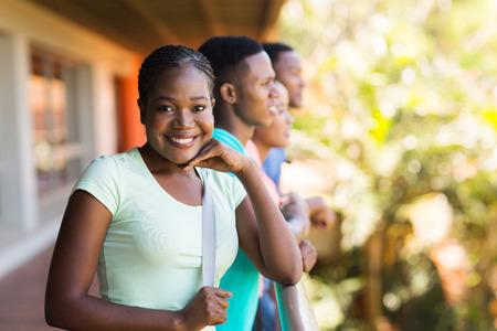 estudiantes adultos: hermosa chica universitaria africano con un grupo de amigos en el campus