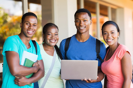 estudiantes adultos: Grupo de jóvenes estudiantes universitarios africanos con el ordenador portátil