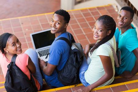 uomini di colore: gruppo di studenti universitari felice guardando indietro Archivio Fotografico