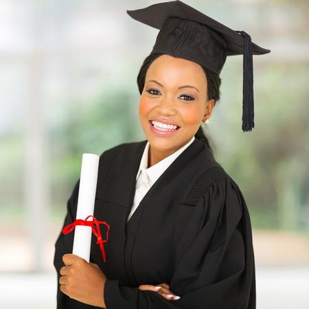 jovenes estudiantes: precioso graduado universitario africano femenino que mira a la c�mara