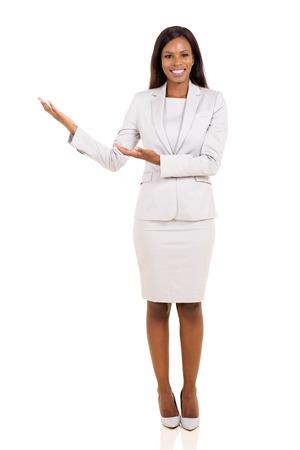 acogida: hermosa joven empresaria afroamericana haciendo el gesto de bienvenida en el fondo blanco
