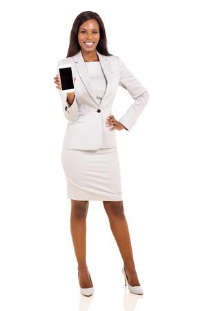 femme africaine: femme africaine pr�sentant t�l�phone intelligent sur fond blanc Banque d'images