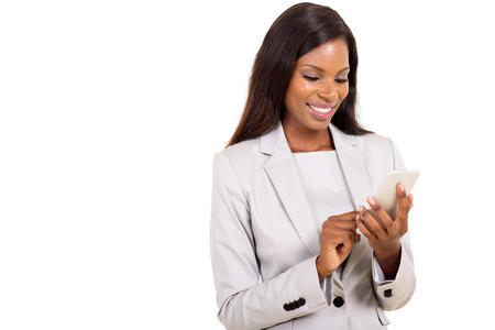 mujeres elegantes: joven y atractiva mujer africana con teléfono inteligente