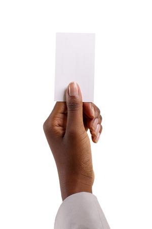 blanco y negro: Mujer africana que sostiene el papel en blanco aislado en blanco Foto de archivo