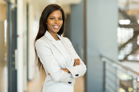 felice attraente africani imprenditrice americana in ufficio Archivio Fotografico