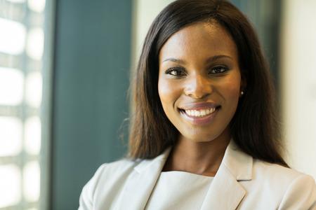 negro: close-up retrato de la joven empresaria afroamericana