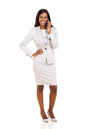 femme africaine: jolie africaine d'affaires américaine en parlant au téléphone mobile isolé sur blanc
