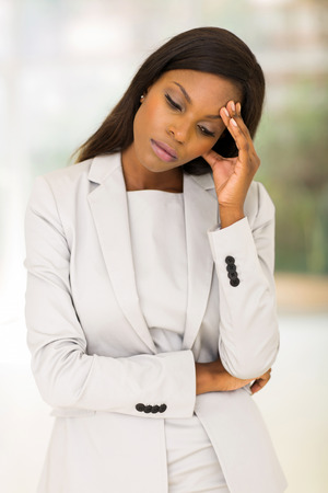 mujer trabajadora: estresado mujer afroamericana de pie adentro Foto de archivo