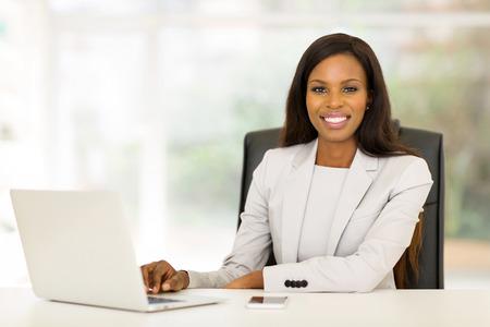sorridente africano americano donna d'affari utilizzando il computer portatile