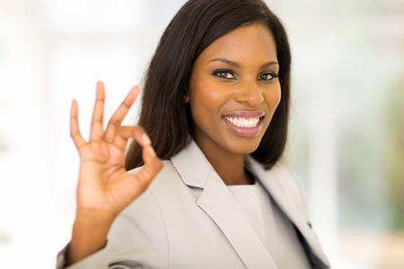 gente exitosa: alegre empresaria afroamericana que da muestra de la mano ok