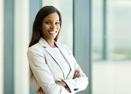 cute african american business woman with arms crossed in office Foto de archivo