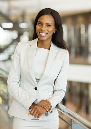 allegro giovane donna afro americana affari