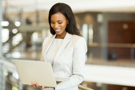successo di affari nera di lavoro sul computer portatile in ufficio