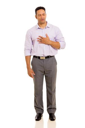 personne malade: mi homme d'âge ayant des douleurs thoraciques isolé sur fond uni