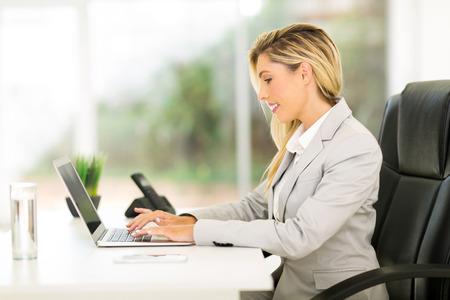 affari professionale lavoro sul computer portatile