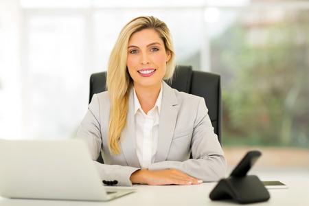 mujer bonita: retrato de mujer de negocios muy joven de relax en la oficina