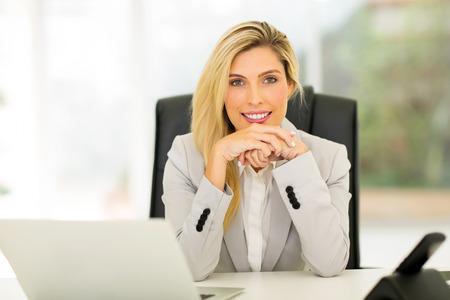 mujer elegante: empleado de oficina atractivo joven sentado en la oficina Foto de archivo
