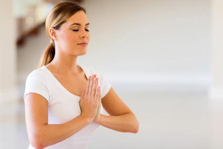 Close up di una bella donna facendo meditazione yoga