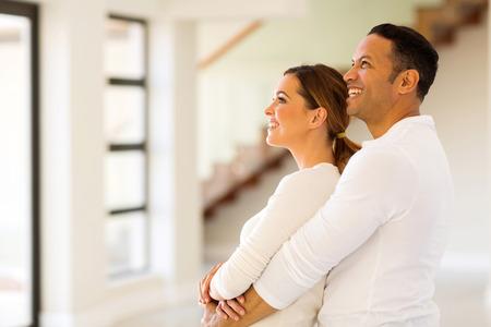 pareja en casa: pareja feliz en el nuevo hogar