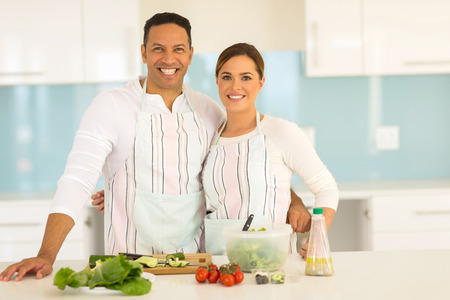 pareja saludable: happy couple cooking healthy food together
