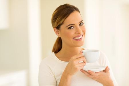 tomando café: hermosa joven mujer que beber té en casa Foto de archivo
