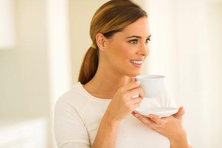 tomando café: cerca retrato de beber café mujer feliz