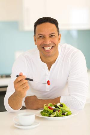 alimentos saludables: retrato de hombre guapo comer alimentos saludables