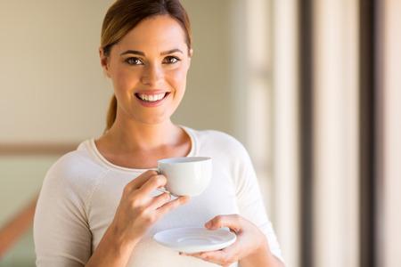 tomando café: mujer bonita con una taza de café en la mañana