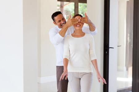 ojos vendados: retrato de hombre sorprendió a su esposa con nueva casa