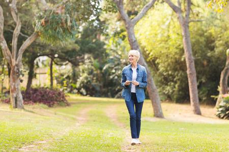 公園で歩いている中年の女性をリラックス 写真素材