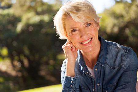 close-up portret van vrouw van middelbare leeftijd in openlucht