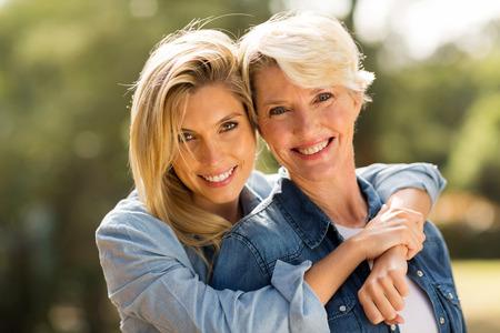 attraktiv: Nahaufnahme Porträt von Mutter und Tochter umarmt Lizenzfreie Bilder