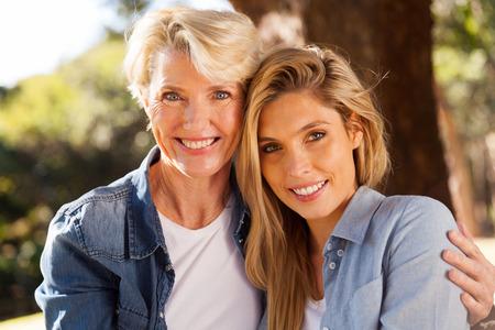 junge nackte frau: Porträt fröhlich senior Mutter und junge erwachsene Tochter