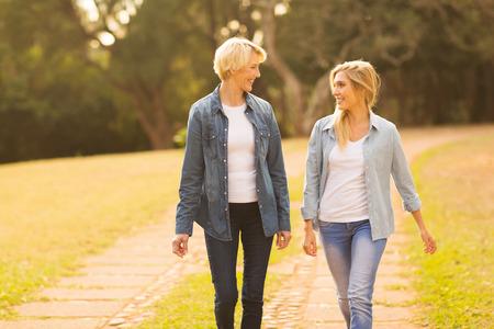 mooie moeder en dochter lopen in het bos