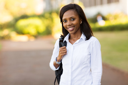 persone nere: pretty female african college student with backpack on campus