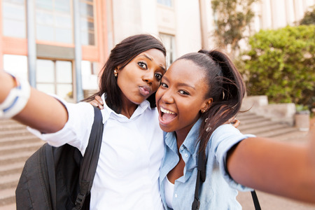 afroamericanas: amigos de la universidad africana feliz que toma la selfie juntos Foto de archivo