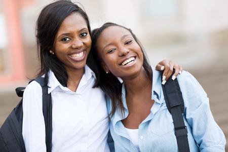 felice giovani afro americano amici del college femminile nel campus