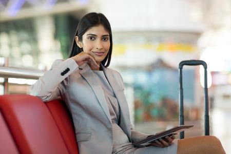 portret pięknej młodej kobiety indian komputera holding tablet na lotnisku
