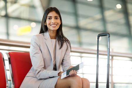 mulher de negócios indiana bonita que espera seu vôo no aeroporto Imagens